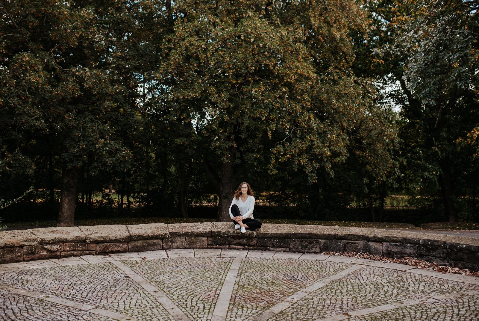 Sonja Mewes auf einer Mauer
